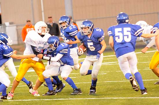 Liam Miller (5) cuts between blocks by Ronnie Beard (55) and Gunnar Burks (13) as Blake Carnahan (57) tries to get in position to help out and Jordan Gentry (22) follows up. (Photo by Kevin Nagle)