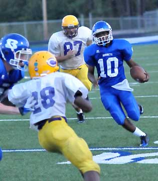 Quarterback DeVonte Howard (10) turns the corner while picking up a block from a teammate. (Photo by Kevin Nagle)