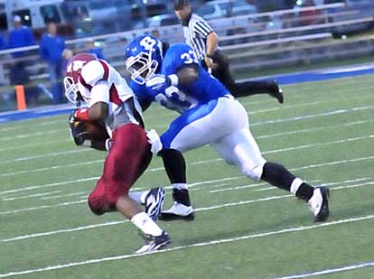 Tyree Reese (33) closes in on a Texarkana ballcarrier. (Photo by Kevin Nagle)