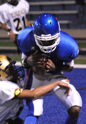 Quinton Royal cradles a pass for a successful 2-point conversion. (PHoto by Kevin Nagle)