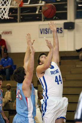 Zach Cambron releases a jump hook. (Photo by Rick Nation)