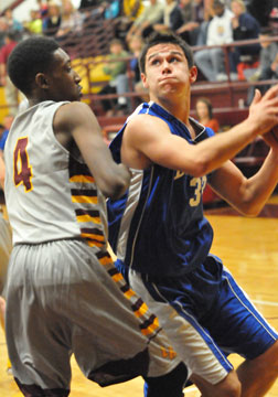 Clay Ingold looks for room to shoot. (Photo by Kevin Nagle)