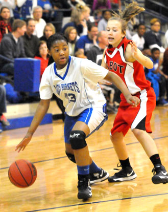 Deja Rayford tries to work past a Cabot South defender. (Photo by Kevin Nagle)