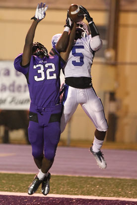 K.J. Hill fights El Dorado's Jaqualoyn Willis (32) for a pass. (Photo by Rick Nation)