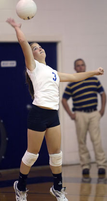 Abby Staton serves. (Photo by Rick Nation)