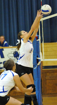 Shaelyn Smith (9) makes a play at the net. (Photo by Kevin Nagle)