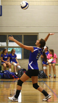 Shaelyn Smith serves during Tuesday's match. (Photo by J'Ann Lessenberry)