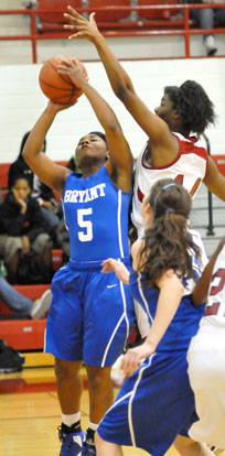 Dezerea Duckworth gets free for a shot inside of Texarkana's Stacey Manley. (Photo by Kevin Nagle)