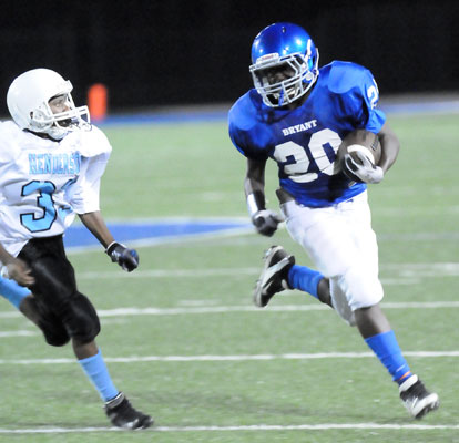 Isaiah Ash (20) turns the corner with Little Rock Henderson's Henry Covington in pursuit. (Photo by Kevin Nagle)