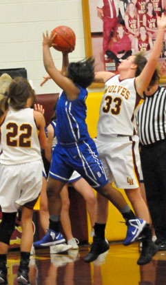 Dezerea Duckworth tries to get between Bullards, Kayla (22) and Kori (33) on the way to the basket. (Photo by Kevin Nagle)