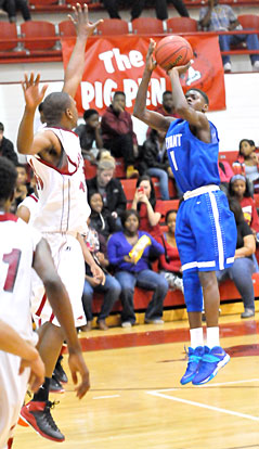 Kevin Hunt (11) puts up jumper over Texarkana's Kendrick Mims. (Photo by Kevin Nagle)