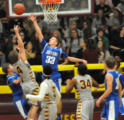 Brooks Ellis (33) tries to block a Lake Hamilton shot. (Photo by Kevin Nagle)