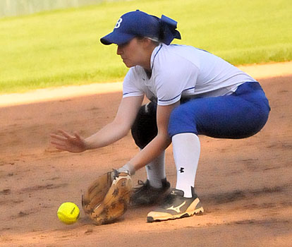 Shayla McKissock fields a grounder at second. (Photo by Kevin Nagle)