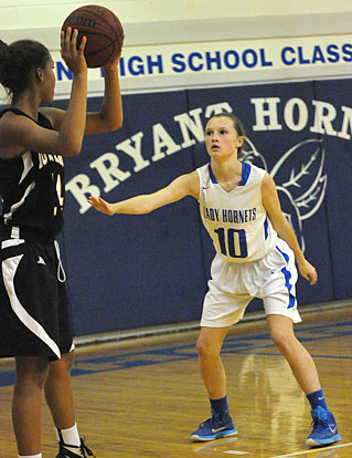 Ashlyn Thompson (10) defends on the perimeter. (Photo by Kevin Nagle)