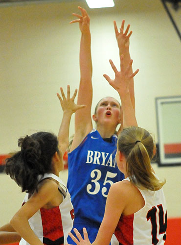 McKenzie Muse launched a shot over a pair of Searcy defenders. (Photo by Kevin Nagle)